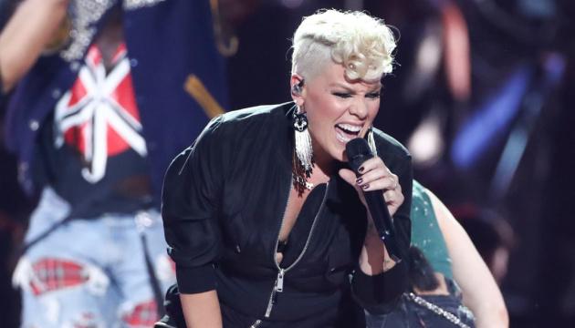 Американська співачка Pink повідомила, що минулого місяця у неї та її сина діагностували захворювання Covid-19. Останні кілька тижнів співачка провела у самоізоляції.