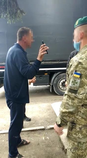 Учора нетверезий далекобійник спричинив конфліктну ситуацію у пункті пропуску «Дякове», що на кордоні з Румунією у Закарпатській області.