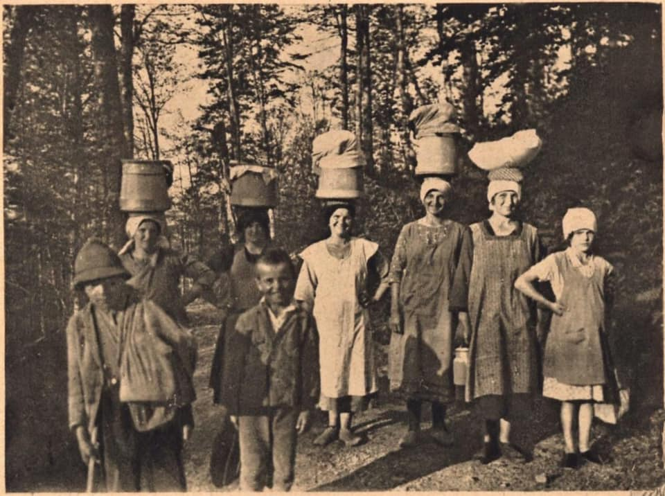 В мережі показали архівну світлину із жінками, котрі поверталися з полонини з молоком та маслом.
