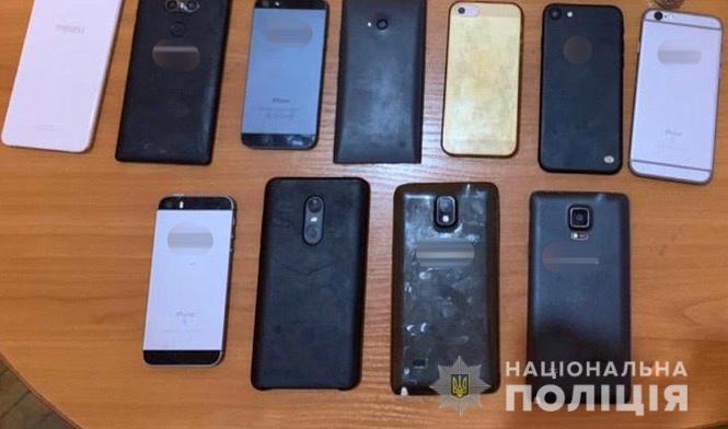 Співробітники відділення поліції у Виноградові розкрили крадіжку з торгівельного центру та вилучили в зловмисника 19 мобільних телефонів.