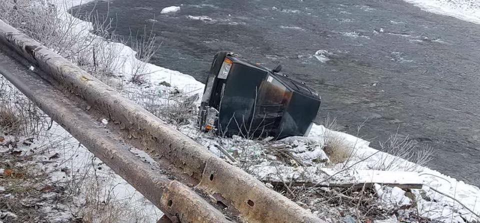 У селі Костилівка водій автомобіля «ВАЗ 2109» не впорався з керуванням, внаслідок чого авто перекинулося, опинившись на березі річки. У результаті автомобільної аварії постраждав 8-річний син водія.