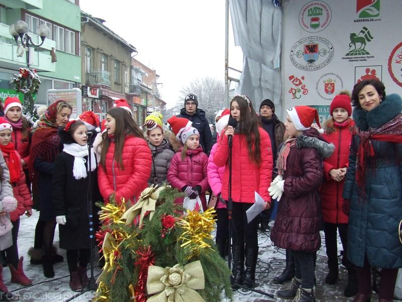 На центральній площі Берегова українські гімназисти влаштували благодійну міні–ярмарку / ФОТО