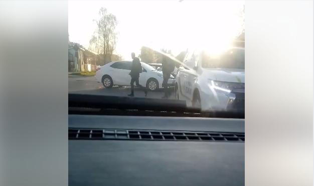 Сьогодні з самого ранку в Ужгороді на перехресті сталася автопригода. ДТП на перехресті вулиць Занковецької-Достоєвського.