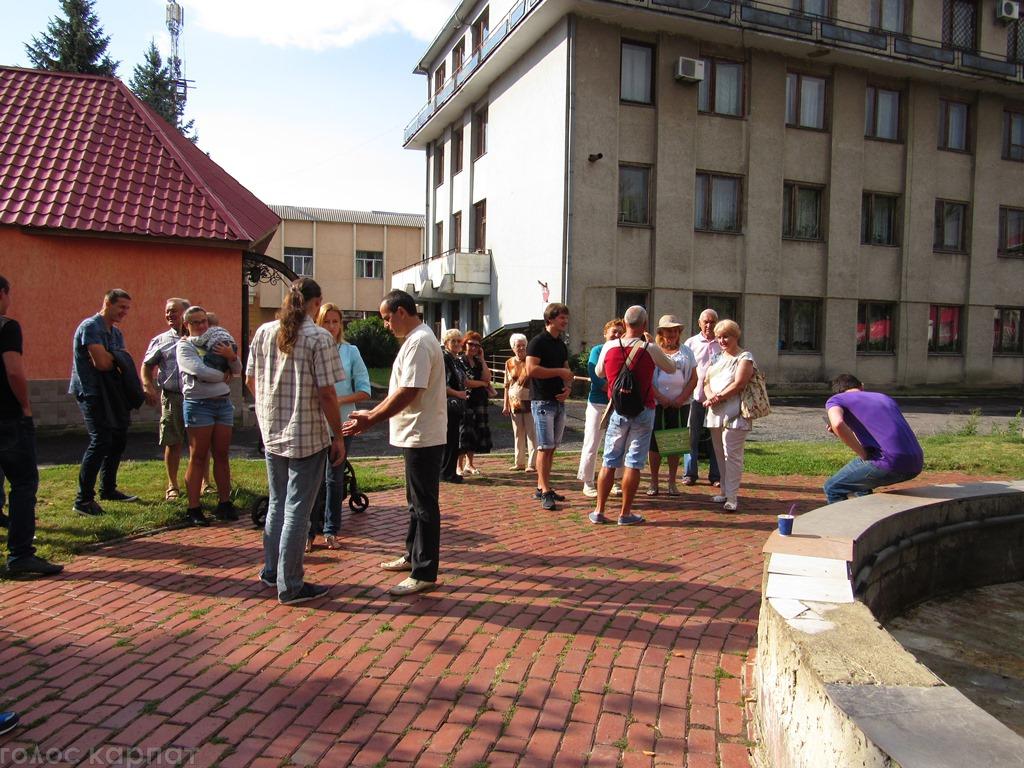 У Мукачеві мирно протестували проти закриття термального басейну ДЮСШ