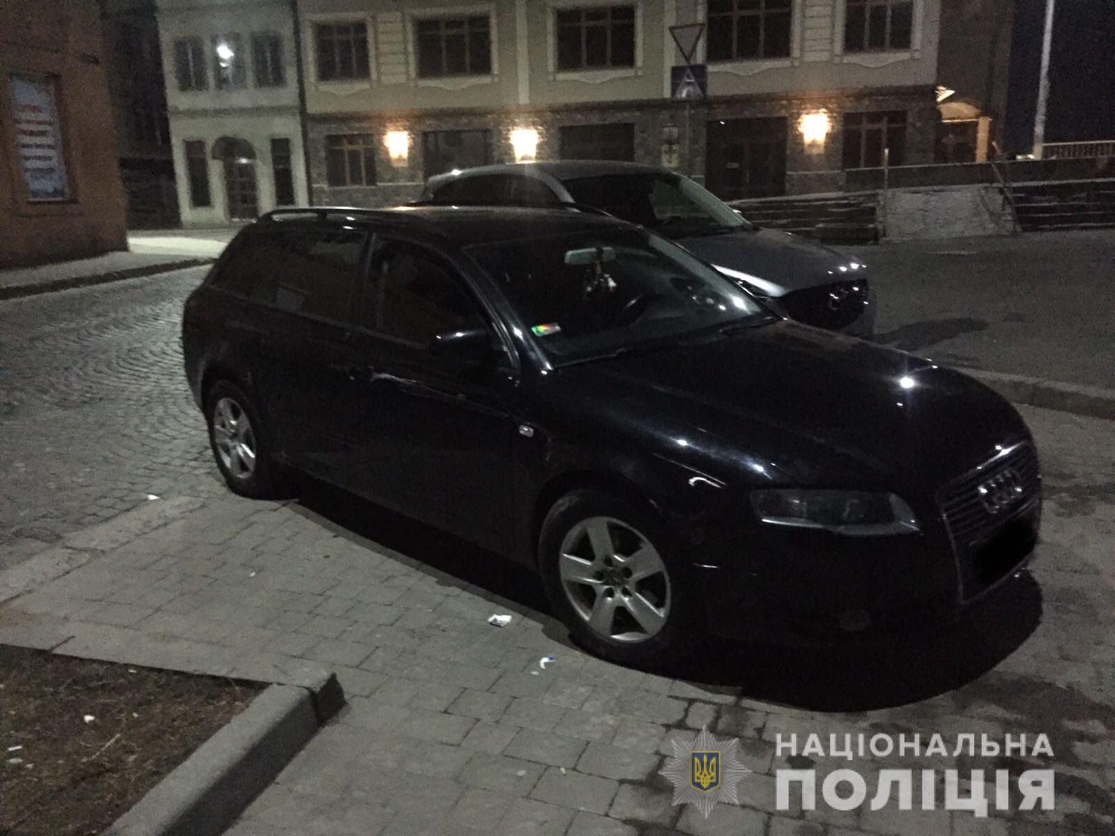 26-річний мешканець Мукачева із застосуванням сили відібрав у знайомого мобільний телефон і з місця події втік на власному автомобілі.