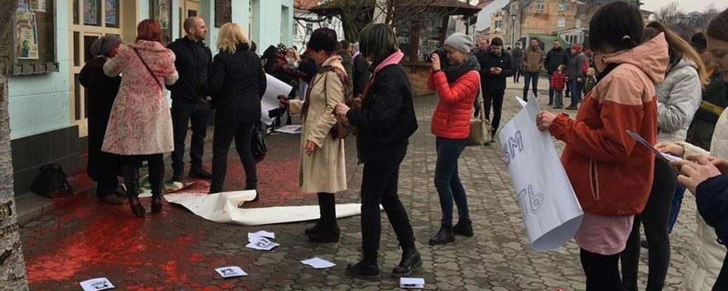 Ужгородський міськрайонний суд звільнив від кримінальної відповідальності підозрюваних у нападі на учасниць акції за права жінок в Ужгороді, яка проходила 8 березня 2018 року.