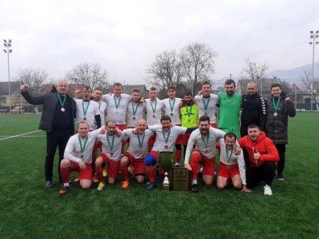 Сьогодні на футбольному полі стадіону «Карпати» у Хусті у напруженій боротьбі футбольні клуби Західної та Східної зони виборювали звання абсолютного переможця.