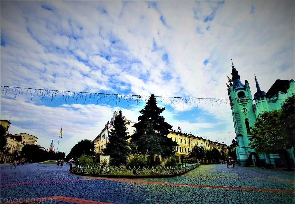 Поховання воїнів Другої світової війни, що розташовується в самому центрі Мукачева, на площі перед міською ратушею, перенесуть.