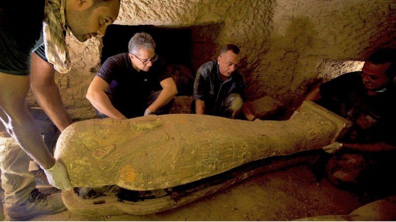 Велику кількість саркофагів, вік яких перевищує 2500 років, виявили в одному з найбільших давньоєгипетських некрополів Саккарі, за 30 км на південь від Каїру. Чи є всередині мумії - поки невідомо.