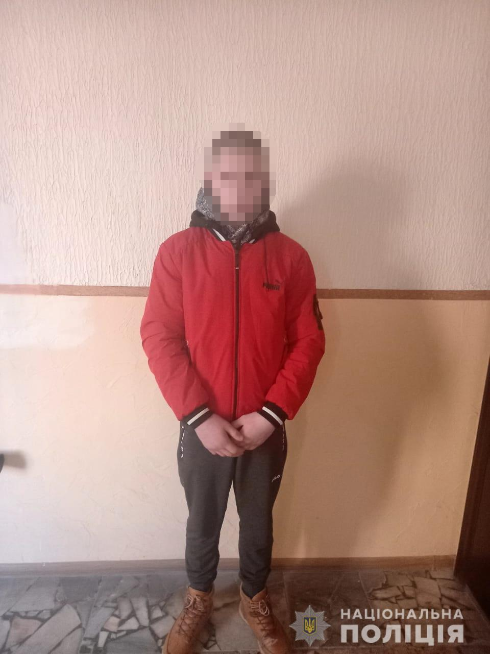 Поліцейські оперативно розкрили крадіжку з магазину в селі Довге. 14-річного школяра, який проник в крамницю та викрав звідти понад 10 пачок цигарок, розшукали.