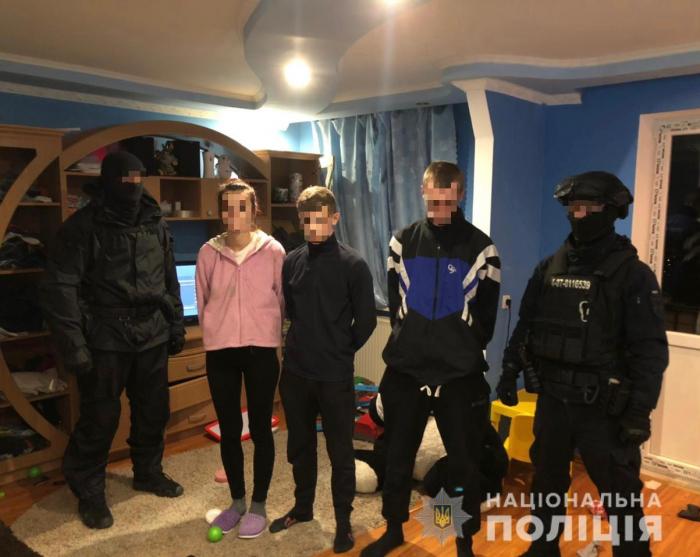 У місті Берегово, під час обшуку помешкання фігурантки злочину, поліцейські вилучили наркотичні засоби та психотропні речовини.