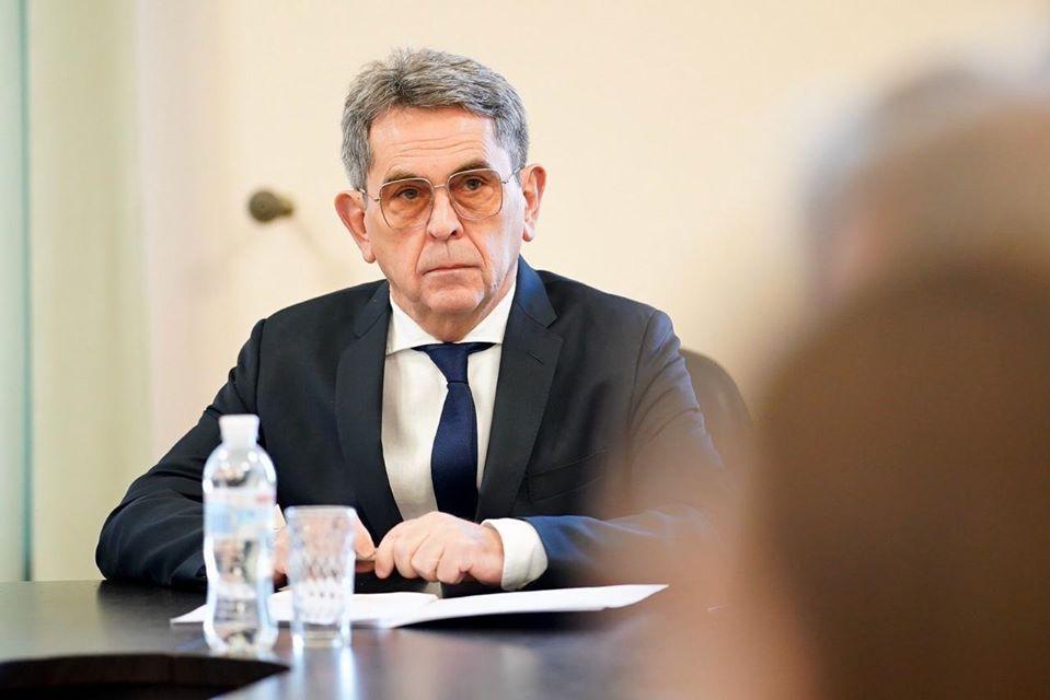 Міністр охорони здоров'я України Ілля Ємець виступає за погодинну оплату для медиків, які працюють в умовах поширення в Україні вірусу COVID-19.