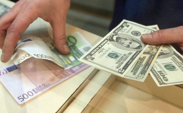 НБУ незначно послабив курс гривні. Курс долара на міжбанку в купівлі зріс на одну копійку.