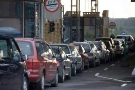 Перед пунктами пропуску на Закарпатті - шалені черги з автівок.