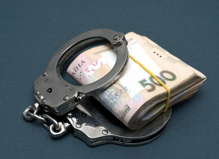 Діяв посадовецьразом зі спільником, їх обох затримали 24 січня під час одержання частини хабара.