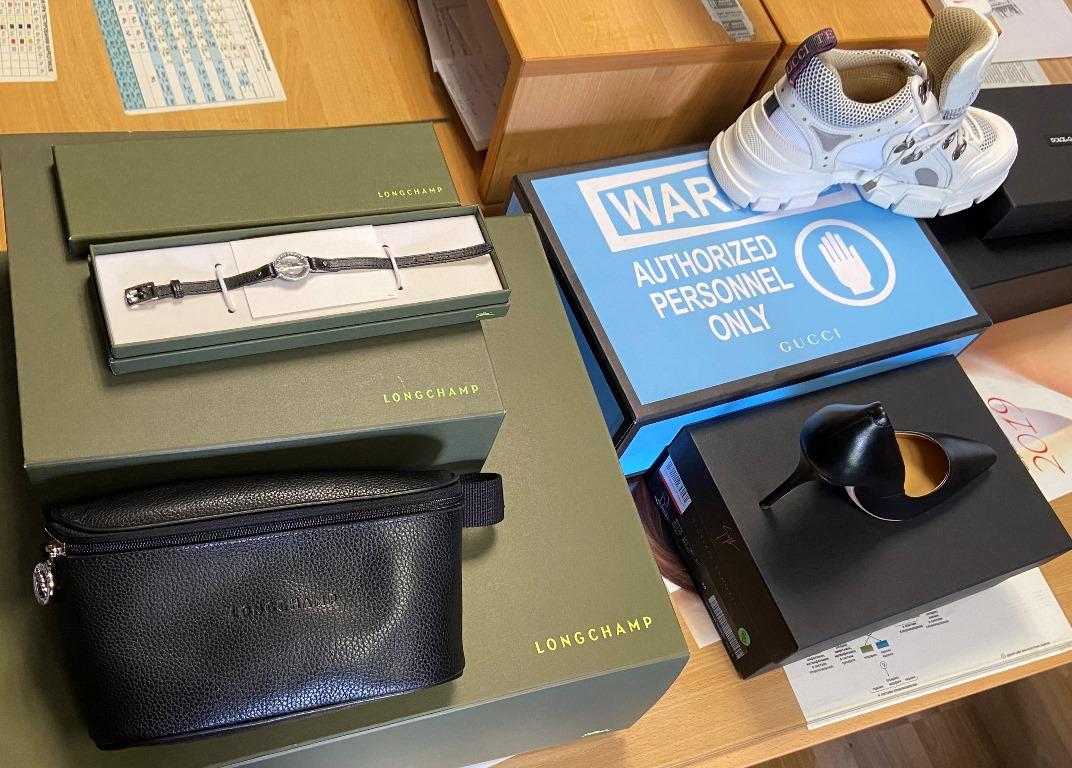 Італійські бренди від «Gucci», «Dolce Gabana», «Longchamp» «Massimo Dutti», які ввозилися в Україну без декларування та оподаткування, потрапили на склад Закарпатської митниці.