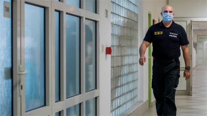 Нині президент Поліцейського корпусу Словаччини Мілан Лучанскі перебуває під слідством за підозрою в корупції, зловживанні службовим становищем, відмиванні грошей тощо.