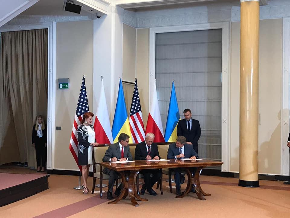 Україна, Польща і США в суботу, 31 серпня, підписали меморандум про тристоронню співпрацю в сфері енергетики.