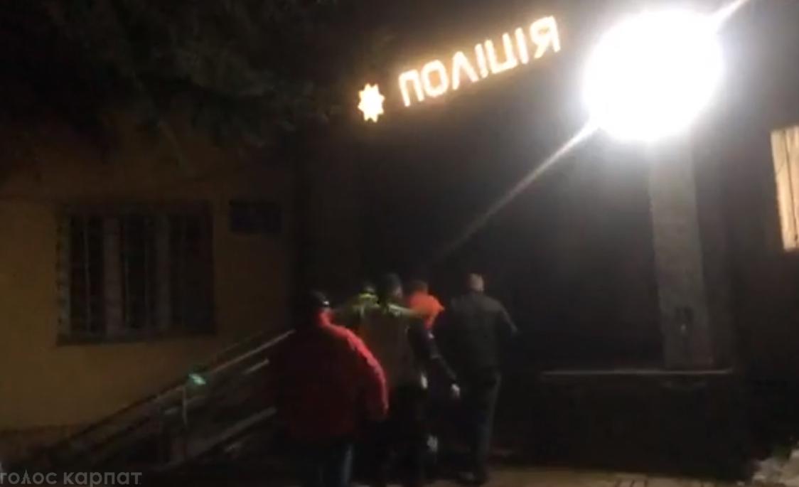 Іршавська районна лікарня та відділок поліції на Закарпатті напередодні опинилися під прицілом уваги журналістів та громадських активістів.
