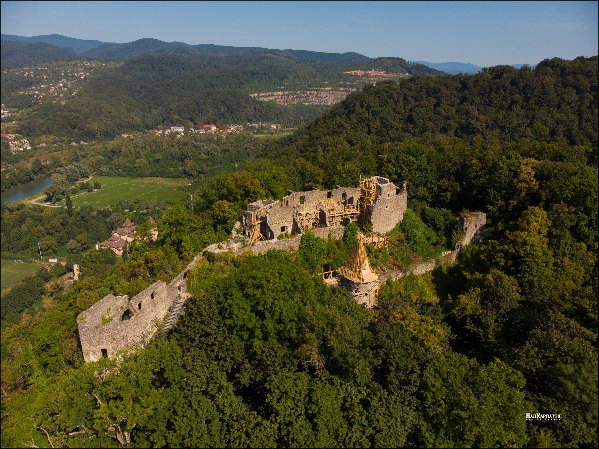 Замок знаходиться біля населених пунктів Кам'яниця та Невицьке Ужгородського р-ну, в дванадцяти кілометрах на північ від Ужгорода.