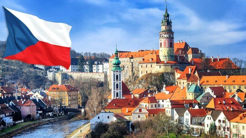 Міністерство закордонних справ Чехії надіслало дипломатичну ноту Росії, в якій заявило, що середня школа при посольстві Росії в Празі може працювати тільки за умови дотримання чеського законодавства.