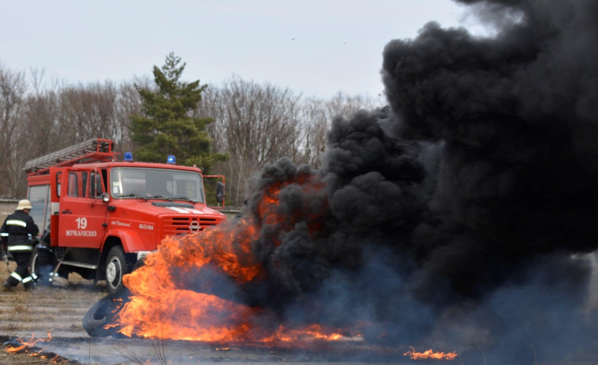 Так, з 12 пожеж, що виникли впродовж чергової доби, 10 виїздів здійснено на ліквідацію загорань автомобільних шин.