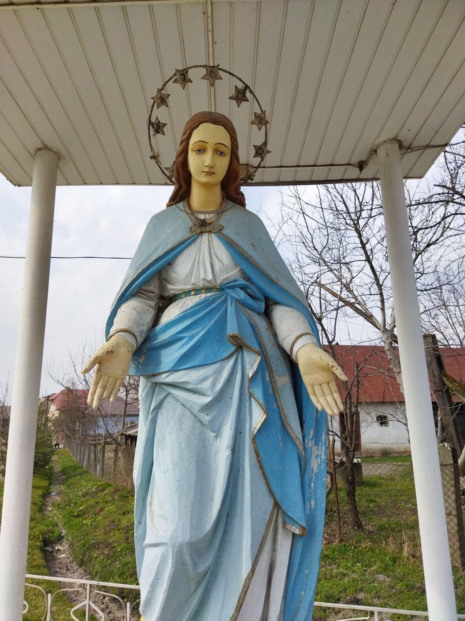 Майже два десятиліття височить скульптурне зображення Пресвятої Богородиці.
