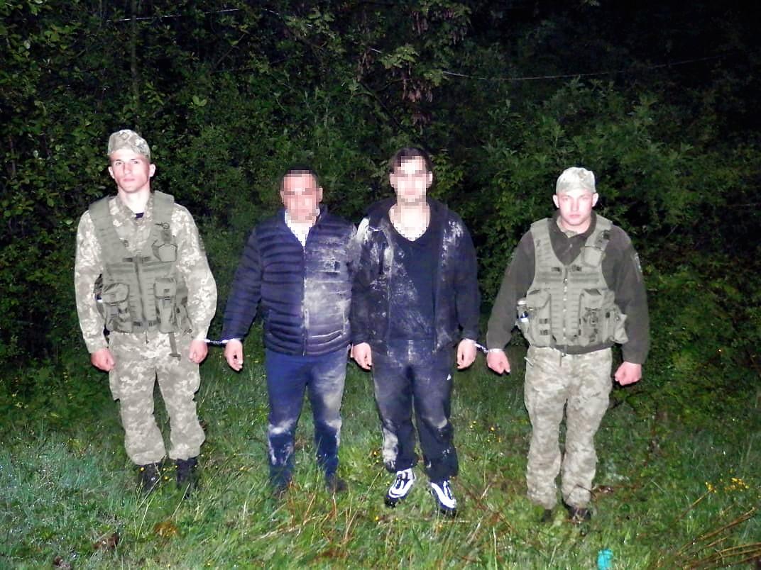 Двох нелегальних мігрантів затримали учора ввечері прикордонники Мукачівського загону.