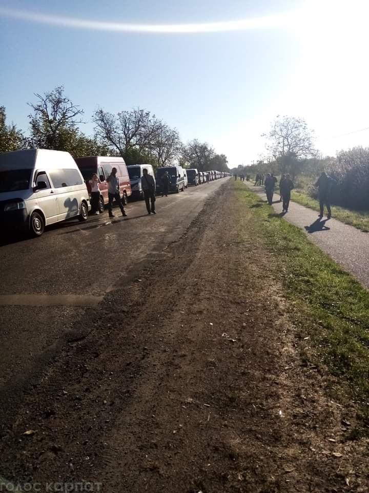 Кілометрові черги на кордоні з Угорщиною спостерігаються вже кілька тижнів.