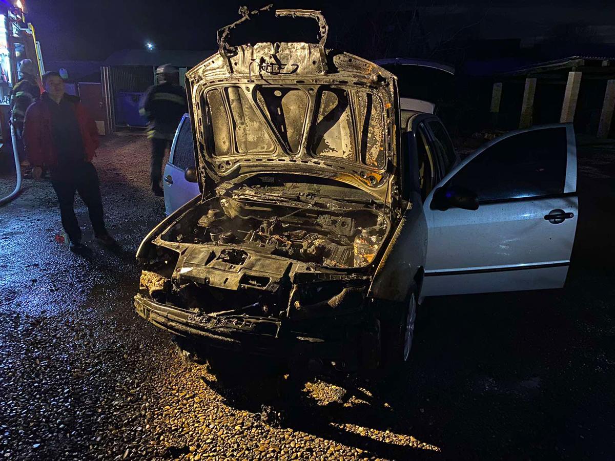 """Ввечері 28 лютого в Іршаві на вул. Т.Шевченка загорівся легковий автомобіль """"Skoda fabia"""" 2001 року випуску."""