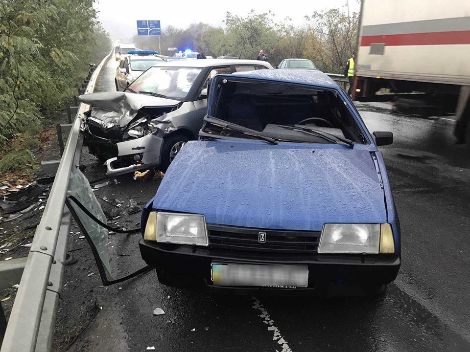 За фактом автопригоди у селищі Кольчино поліція розпочала слідство. Двох травмованих - водія та пасажира ВАЗу, - госпіталізовано до районної лікарні.