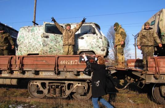 Неподалік Мукачева волонтери зустріли із зони АТО бійців 128-бригади / ФОТО / ВІДЕО