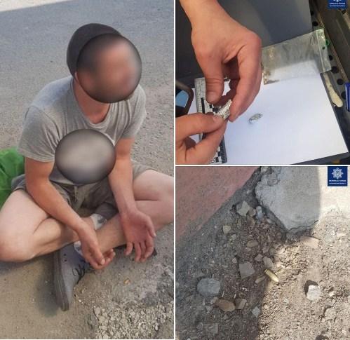 Ужгородські патрульні знайшли у чоловіка речовини, схожі на наркотичні.