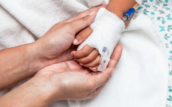 Юна закарпатка, яку госпіталізували з менінгоенцефалітом, прийшла до тями