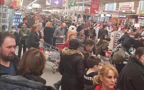 Румуни вишикувалися в чергах після оголошення влади про те, що запасів продуктів досить і не варто впадати в паніку.