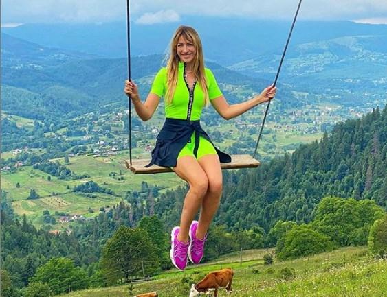 Леся опубликовала яркое фото и видео, на котором катается на качелях, а вокруг открываются великолепные живописные горные пейзажи.