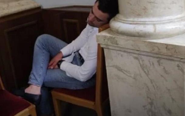 Саламаха проспав в сесійній залі більше години, залишивши своє місце і пересівши в крісло за колонами.