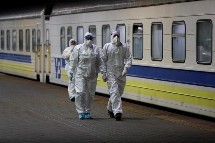 Через посилення карантинних обмежень «Укрзалізниця» з понеділка, 8 березня, обмежує висадку і посадку пасажирів, а також продаж квитків на поїзди до Закарпатської області.