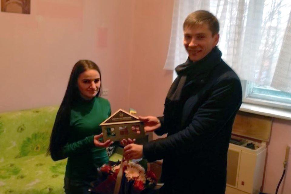 10 лютого на Виноградівщині здійснили символічну передачу ще однієї квартири, придбаної за державні кошти.