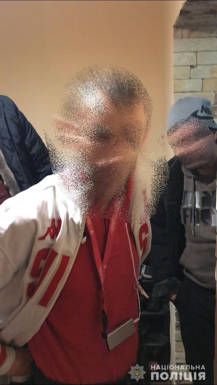 Працiвники Хустського вiддiлу полiцiї разом з прикордонниками затримали перебуваючого у розшуку мешканця Закарпатської областi, який намагався виїхати за кордон.