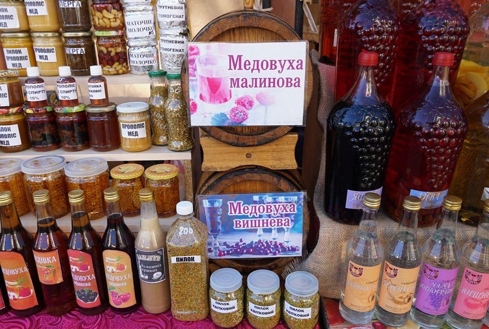 Поблизу історико-культурного центру «Совине гніздо» можна скуштувати й придбати мед, продукти бджільництва, медові алкогольні  напої тощо.