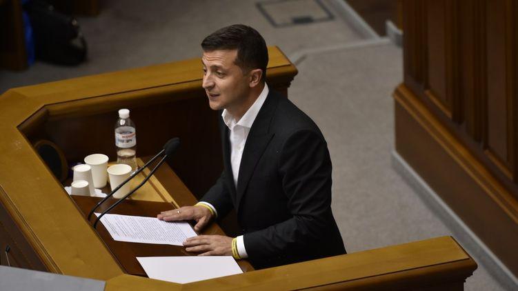 Зеленський завалив Раду проектами перекроювання Конституції.