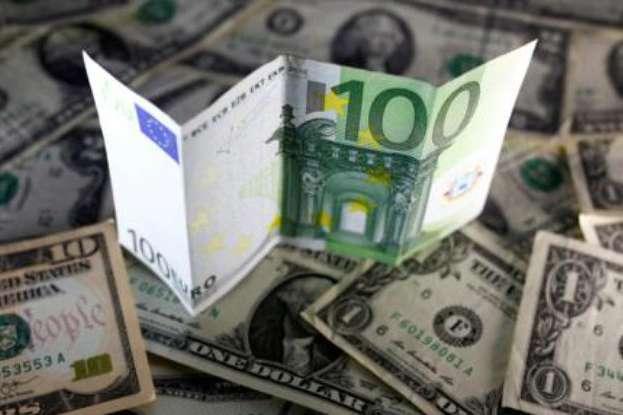 На міжбанку курс долара в продажу знизився на 12 копійок, до 24,32 гривні за долар. Курс євро в продажу знизився на 15 копійок.