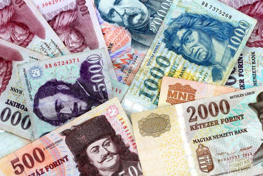 НБУ послабило гривню по відношенню до долара і євро. У той же час на міжбанку євро подешевшав.