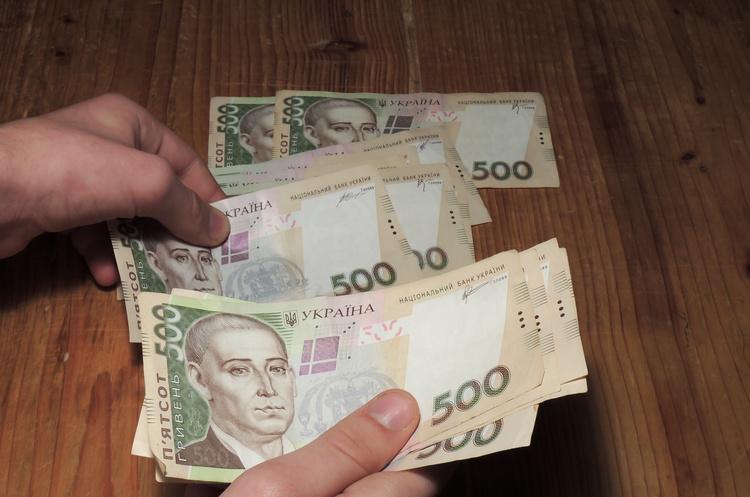 В Закарпатье вычислили среднюю номинальную зарплату.