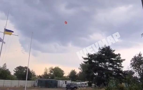 Чоловік з парашутом був прикріплений тросом до катера, проте буря, що почалася, відірвала трос і забрала парашутиста. Його доля невідома.