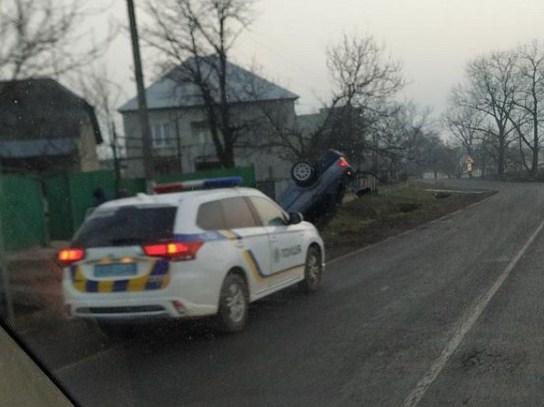 Сьогодні, 26 лютого, на світанку у селі Сільце легковий автомобіль з невідомих причин опинився у кюветі перекинутим на дах.