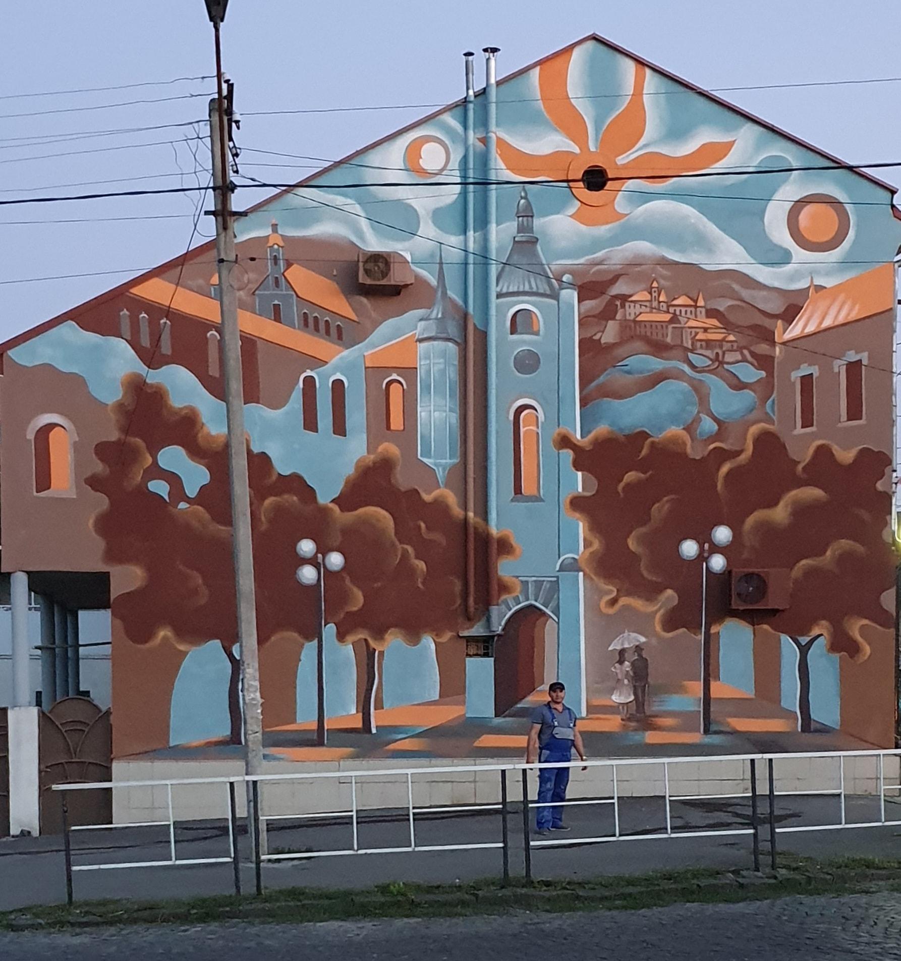 Художник Тиберій Йонаш та учні художньої школи «Ром Арт» завершили роботу над муралом, який прикрашатиме будинок у центральній частині Мукачева.
