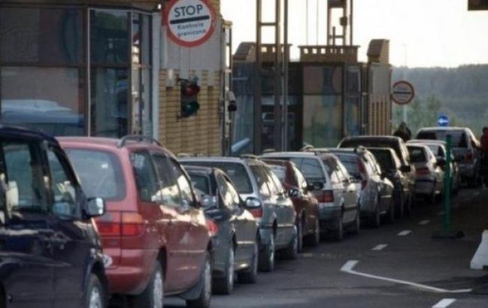 Як інформує Західне регіональне управління Держприкордонслужби України-Західний кордон, у чергах стоїть більше 100 автомобілів.