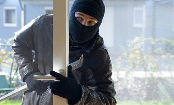 Четверо молодиків вдерлися в будинок, зв'язали власницю та викрали гроші й золото